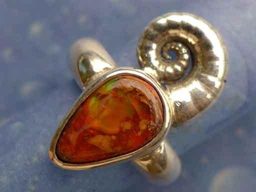 Posthornschnecke mit Feueropal Ring