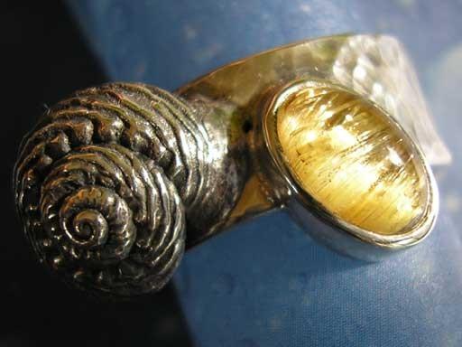 Knotenknopfschnecke mit Rutilquarz Ring