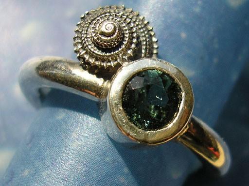 Stachelige Knopfschnecke mit Turmalin Ring