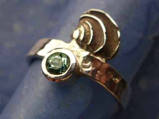 Stufige Venusmuschel small mit Turmalin Ring