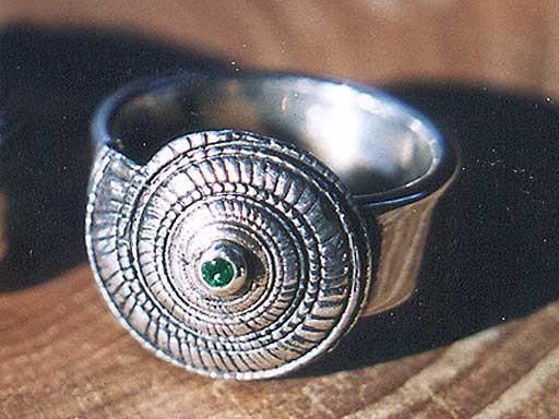 Sonnenuhrschnecke mit Turmalin mittig Ring