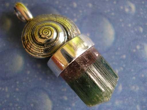 Strohsonnenuhr Schnecke Turmalinkristall bicolor Anhänger