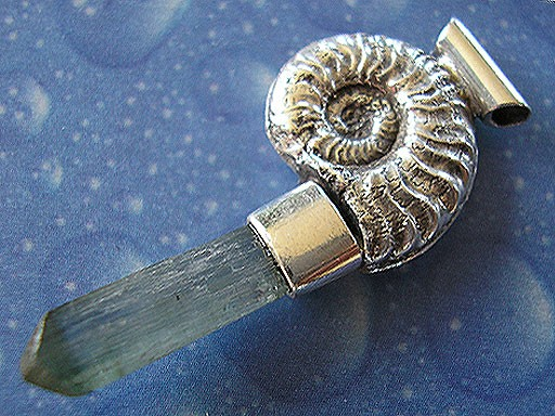 Ammonit mit blauem Turmalinkristall Anhänger