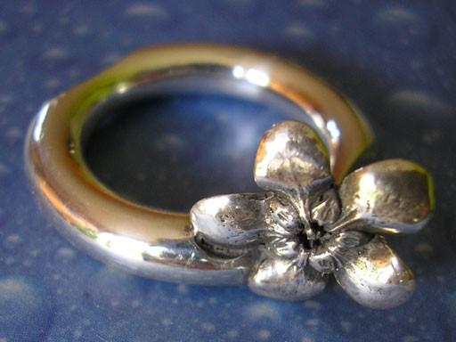 Runder Ring mit Jasminblüte