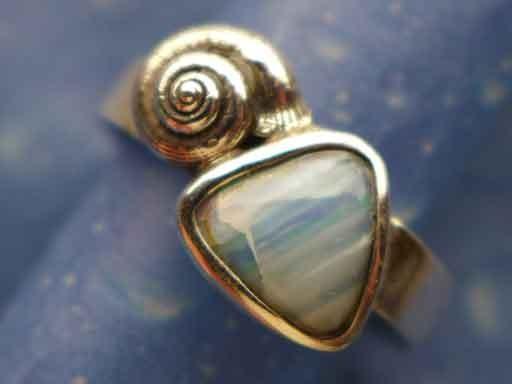 Knopfschnecke längsgestreift mit Opal Ring