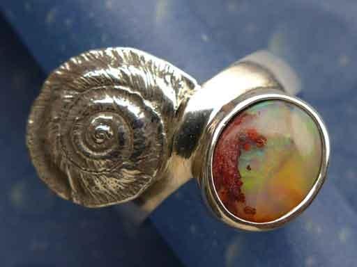 Scharfkantige Sonnenuhrschnecke Feueropal Ring