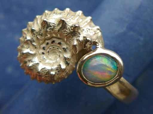 Ammonit mit Opal Ring