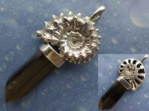 Ammonit mit Turmalinkristall Anhänger