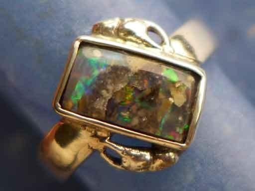 Krebsscheren mit opalisiertem Holz Ring