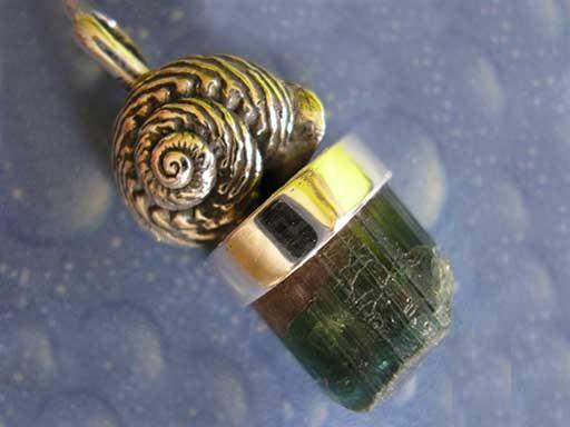 Knotenknopf Schnecke Turmalinkristall bicolor Anhänger