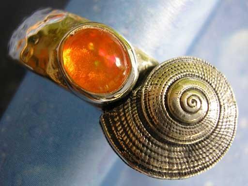 Strohsonnenuhrschnecke mit Feueropal Ring