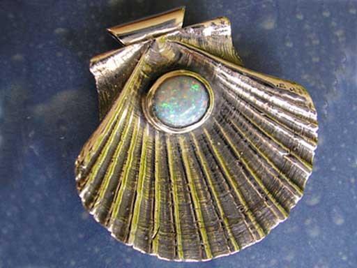 Pilgermuschel flach mit Opal Anhänger Design